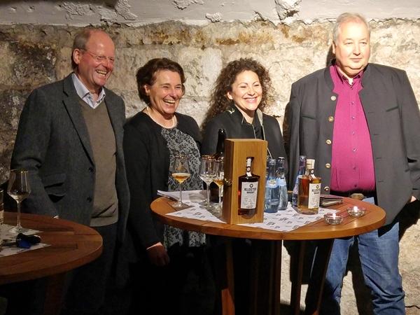 von links: Carl Glauner (Inhaber), Heidi Seyfried (Brennmeisterin), Anja Faisst (Leiterin Brauwelt) und Ralf Messing (Mitarbeiter der Firma Wilhelm Eder GmbH, von der die Fässer gefertigt werden).